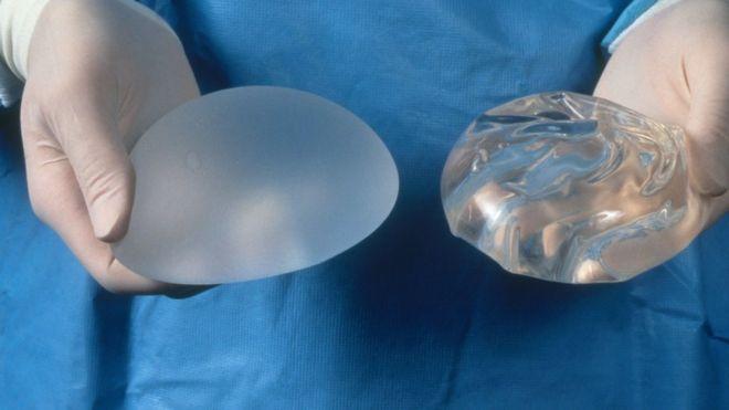 texturovaný a hladký silikonový implantát