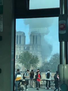 たまたま燃え盛るノートルダムを見つめる