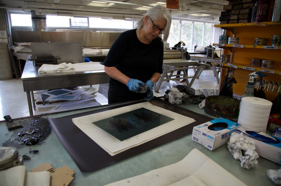 wiping an intaglio plate