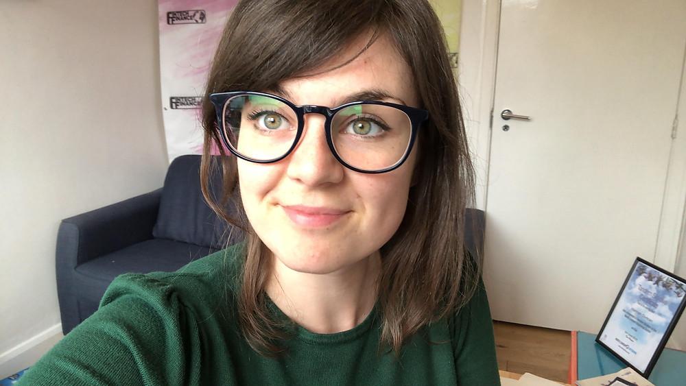 Hannah Duncan financial freelance blog writer, white woman, portrait, brown hair, glasses, selfie
