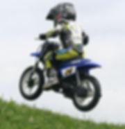ミニバイクで野を駆ける幼児