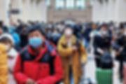 中国で感染予防のためマスクする人々