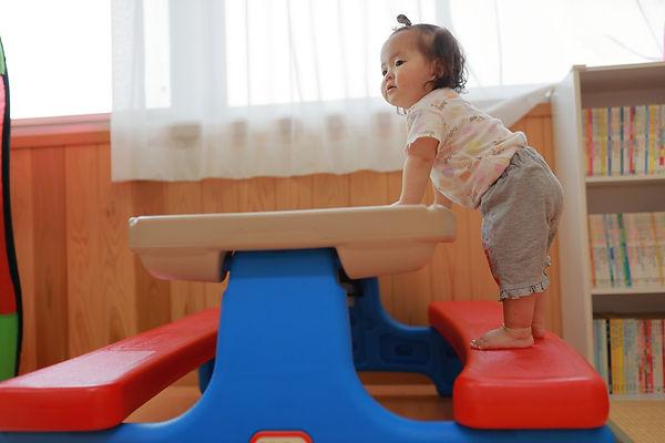 机に登る赤ちゃん.jpg