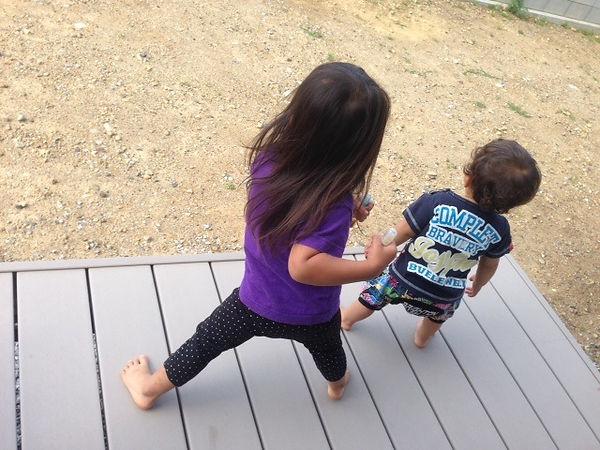 幼い弟と一緒になって踊るお姉ちゃん