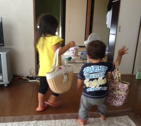 お姉ちゃんと一緒に買物に出かける弟
