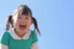 大きなお口を開けて笑う少女