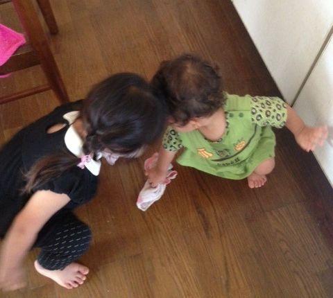 弟と仲良く床を拭くお姉ちゃん