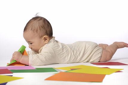 うつ伏せで遊ぶ赤ちゃん