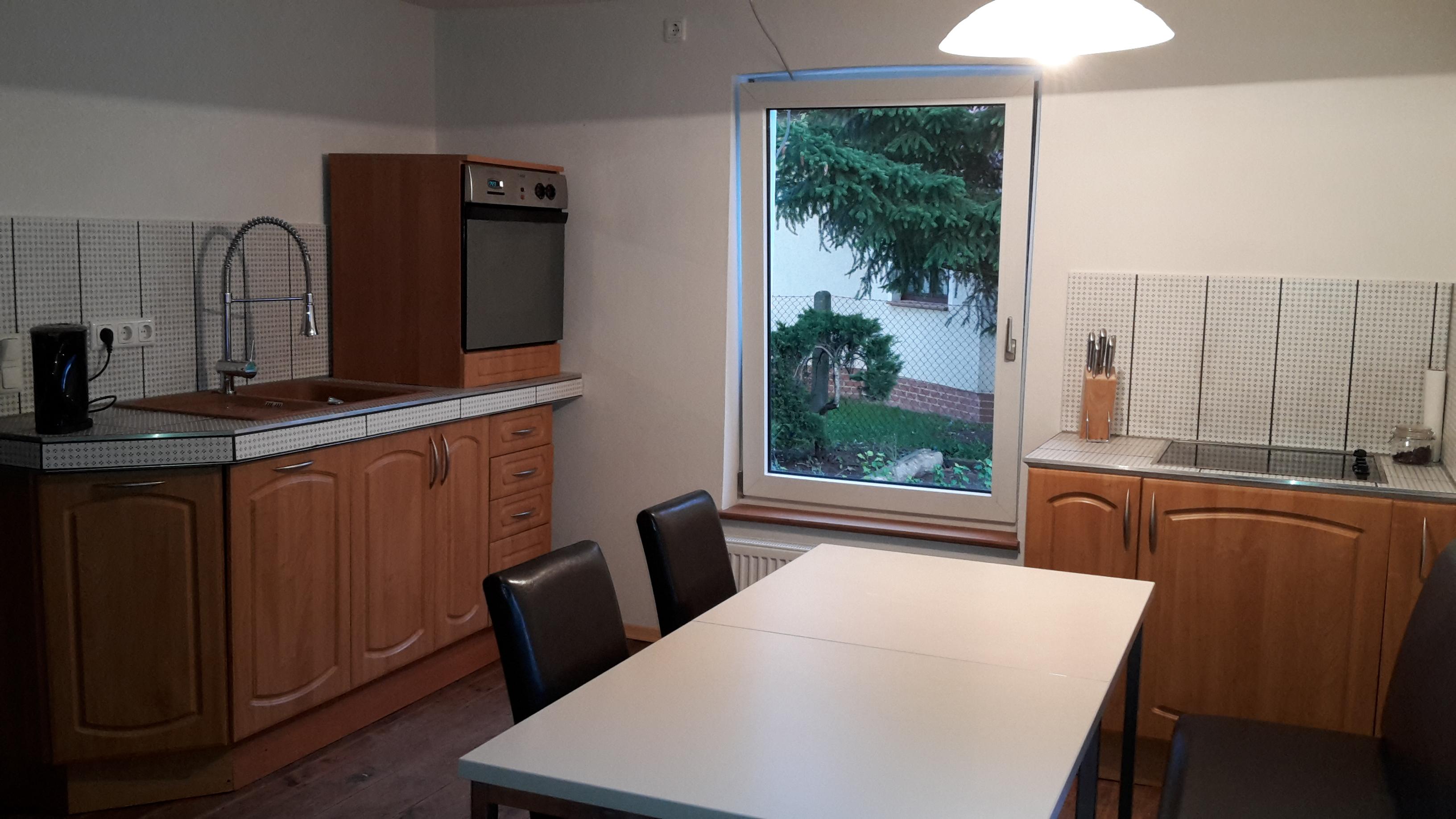 Große Küche mit Herd, Backofen, Spüle, Kühlschrank & Esstisch