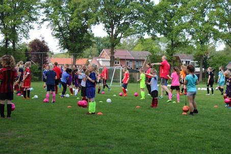 Training op locatie door Meidenvoetbalschool Twente