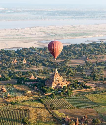 Hot_air_balloon_over_a_pagoda_in_Bagan.j