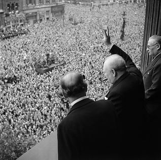 Churchill V-Day crowd WW2 - Ariodante Luxury Travel