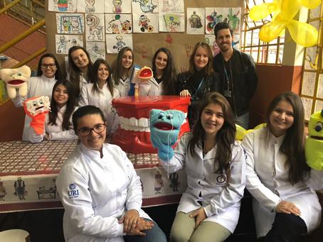 Odontologia da URI participa de ato solidário em escola de Erechim
