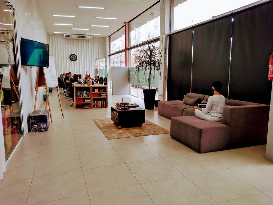 Lounge + Estações de Trabalho Coworking.