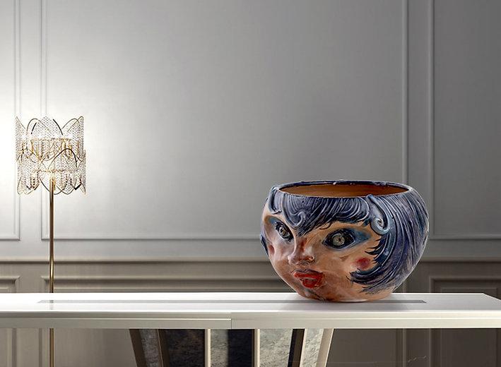 Cachepot in ceramica di 30 cm con volto di donna stilizzato e dai colori viola blu cobalto e ocra con finitura opaca