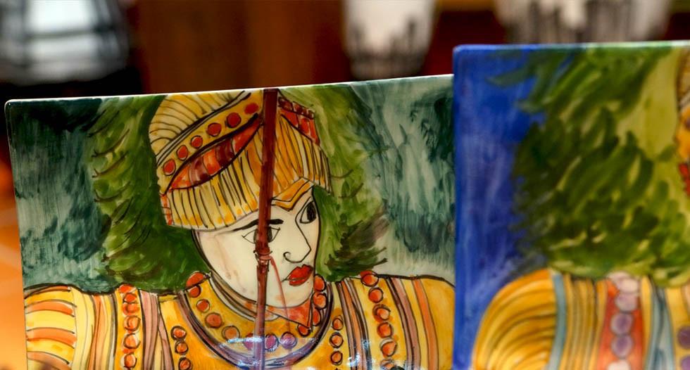 Piatti in maiolica destinati sia ad uso ornamentale che alimentare, a tema Sicilia come l'opera dei pupi Siciliani, il carretto, paesaggi e tanto altro.