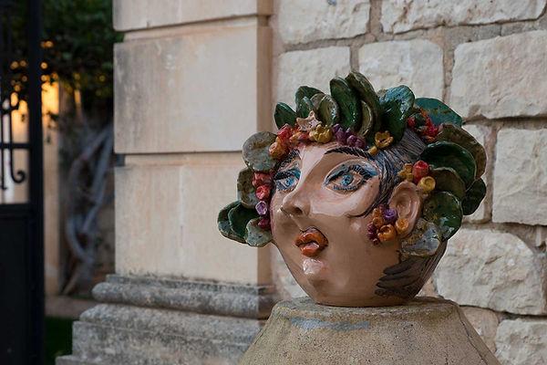 Scultura in ceramica rappresentante lo spirito del ficodindia in sembianze femminili,, icona della sicilia