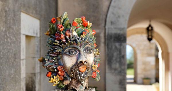Scultura in ceramica rappresentante lo spirito del ficodindia, icona della sicilia