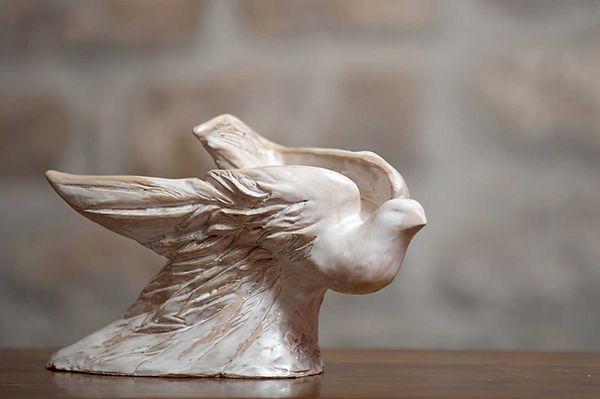 Scultura in ceramica bianca opaca di colomba simbolo di fede