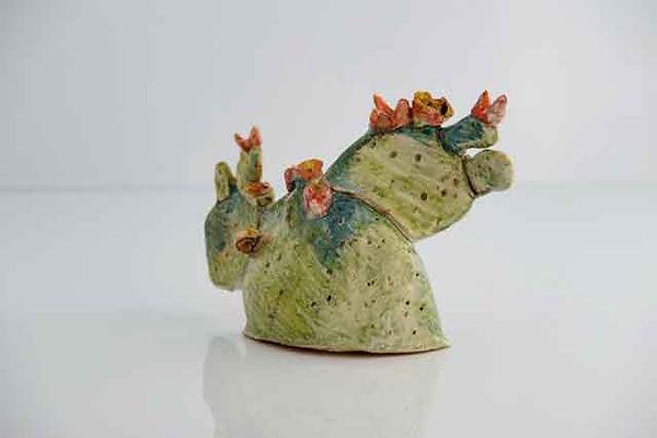 Scultura in ceramica lucida brillante di ficodindia con frutti rossi