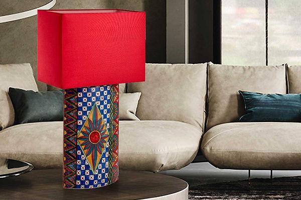 Lampada in ceramica con decori geometrici del carretto siciliano dai mille colori e con paralume rosso, dimensioni 70 cm