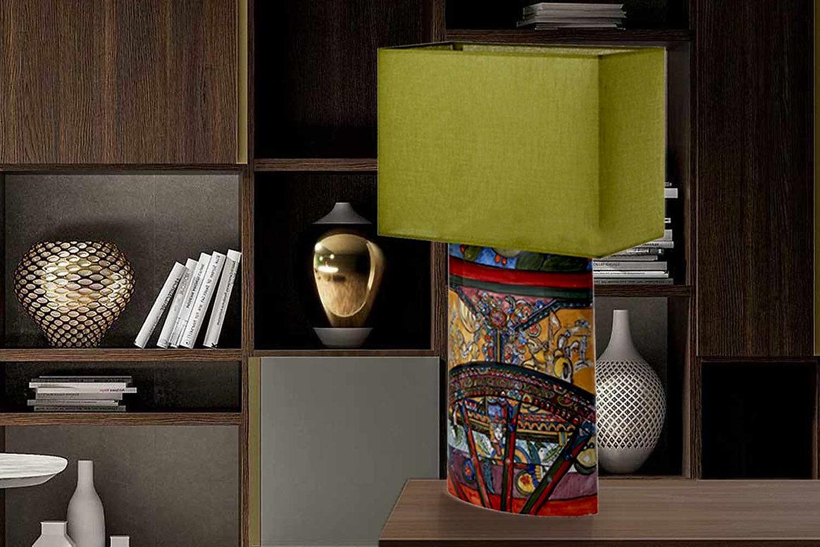 Lampada in ceramica artistica, motivo carretto siciliano dai colori vivaci e paralume verde, per ambienti raffinati e di buon gusto