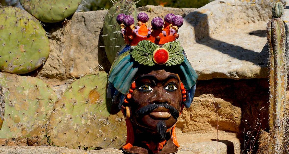 Testa di ceramica di caltagirone mori di sicilia, non scontate ma differenti dalle tradizionali con colori vivaci e brillanti