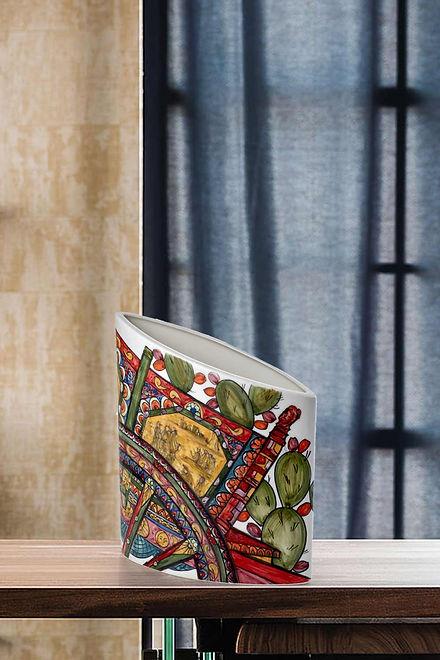 Vaso in ceramica ornamentale motivo carretto siciliano, colori rosso, giallo e blu su fondo bianco, finitura lucida brillante