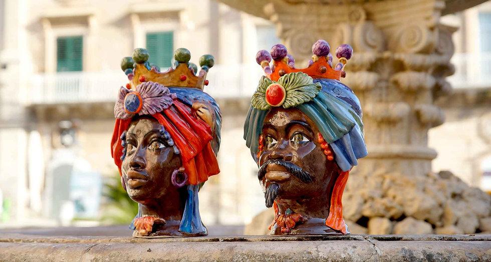 Coppia testta di ceramicadi caltagirone scuri in viso, chiamati infatti teste di moro