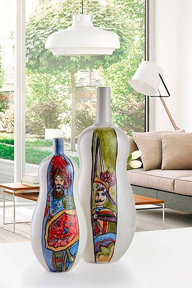 Bottiglia con linee morbide e affusolate, bianca con una striscia molto colorata. un opera scultorea dal design raffinato ed elegante da introdure nei living room piu esclusivi