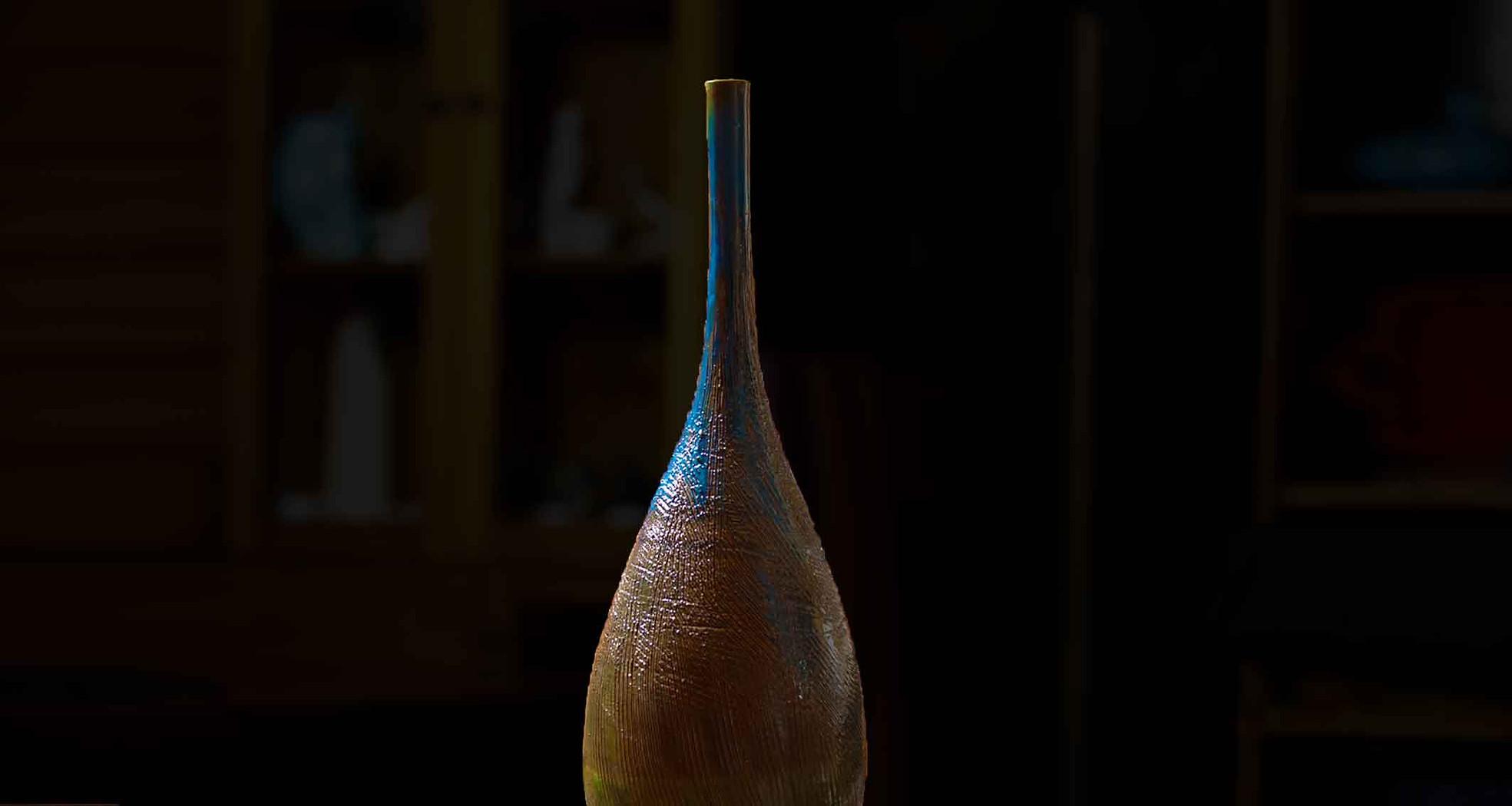 Vaso Bottiglia 70 cm di un fantastico blu cangiante, con sfumature che spaziano dal turchese al bronzo