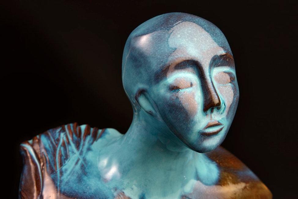 Scultura d arte di ceramica di donna alata in seducente blu