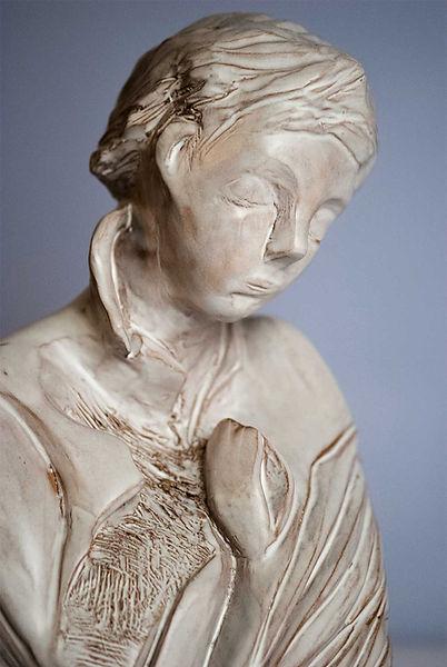 Scultura in ceramica mezzo busto di bambino in preghiera con finitura bianco opaca