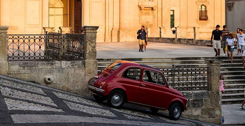 Scorcio_di_Sicilia_i_luoghi_del_commissario_montalbano_che_ispirano_tanti_artisti_come_i_nostri_impegnati_in_laboratorio_alla_creazione_di_opere_ceramiche_dal_design_innovativo_dal_gusto_contemporaneo_fuori_da_ogni_canone_commerciale_e_confezionato_da_grandi_artigiani_del_luogo_siciliano_appunto.