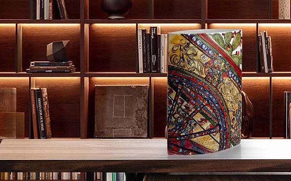 Vaso in ceramica ornamentale motivo carretto siciliano, con toni ocra rosso, verde e colpi di blu, ideale per l'arredo del living