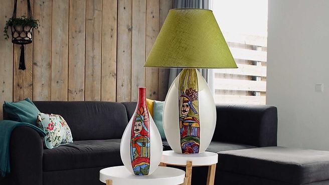 Soggiorno moderno e caldo in legno con lampada di design bianca con una striscia di colore raffigurante il pupo