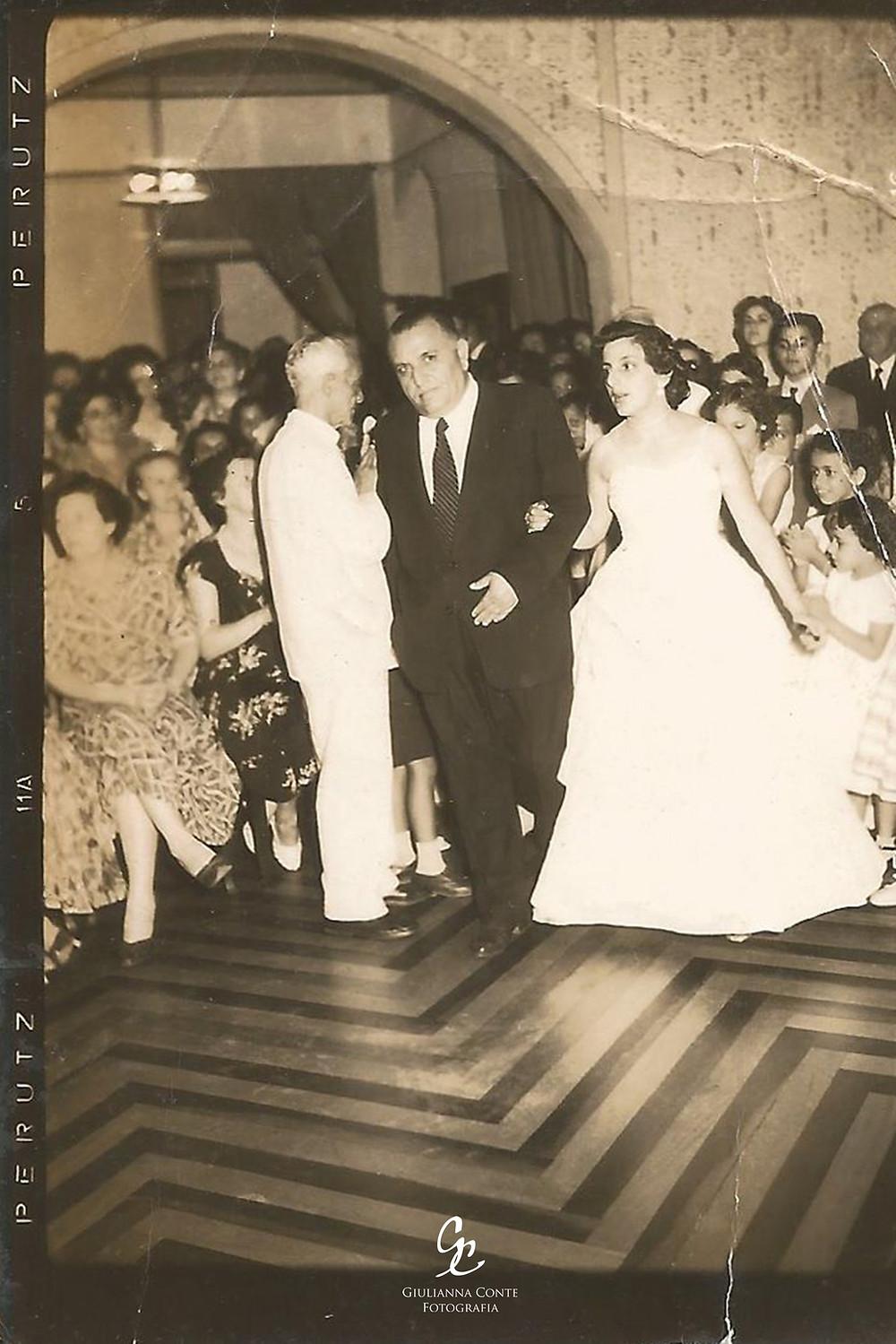 Baile de debutante da minha avó. Ela entrando com meu bisavô.