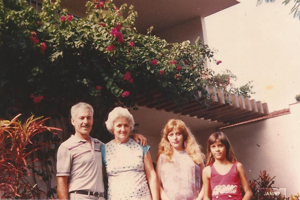Avô, Avó, Mamãe grávida da minha irmã e tia.