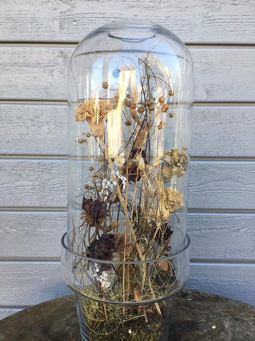 Glas mit Trockenblumengesteck