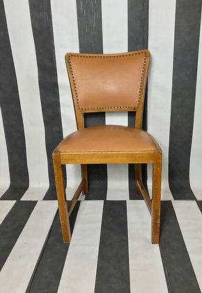 Stuhl mit brauner Ledersitzfläche