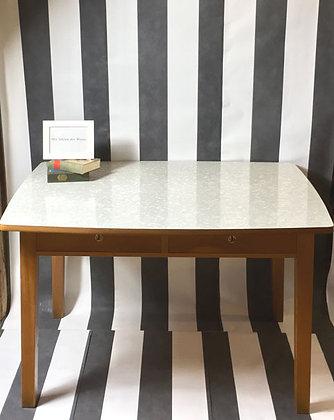 Tisch dunkel mit heller Platte