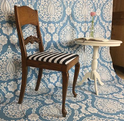 Stuhl mit gestreiftem Polster