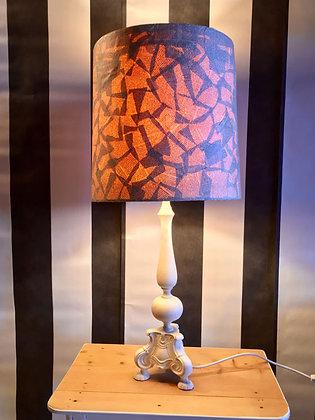 Lampe mit Schirm aus Zeitungen