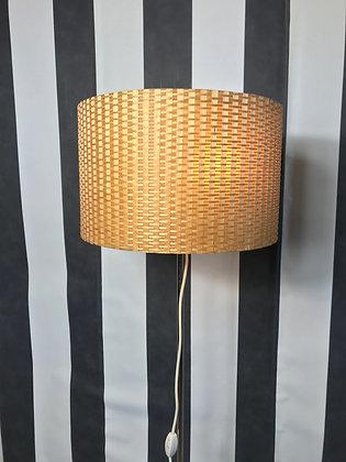 Stehlampe mit geflochtenem Schirm