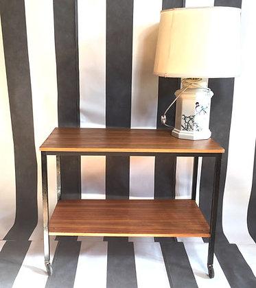 Rolltischchen mit schwarzen Beinen