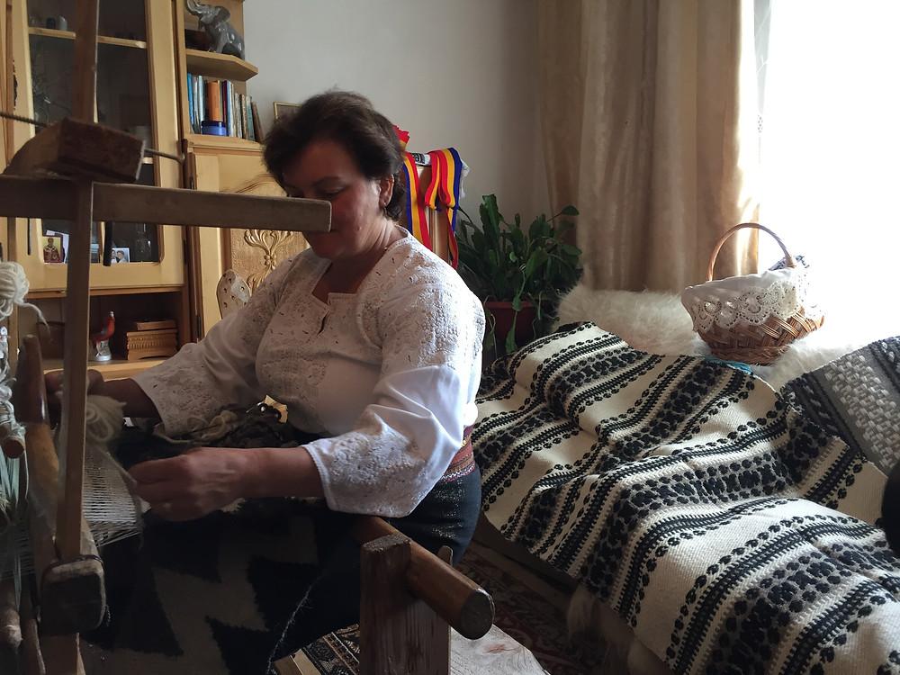 בבית בכפר של אגריפינה אורגת השטיחים