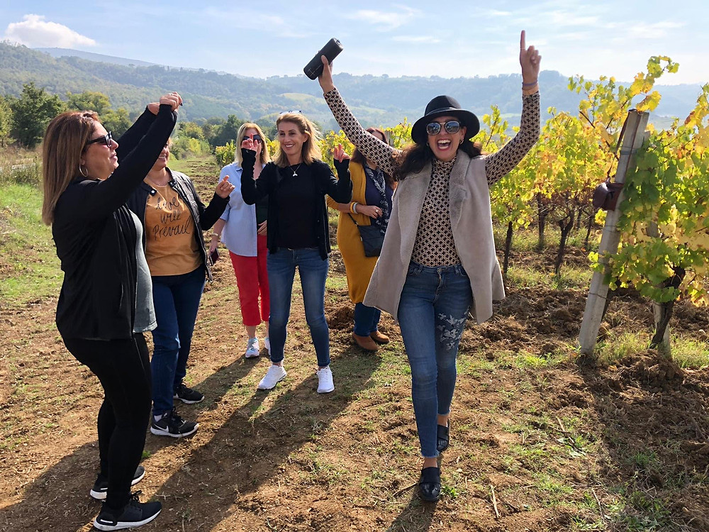 רוקדות בכרמים באיטליה ריקוד חופשי ושמח
