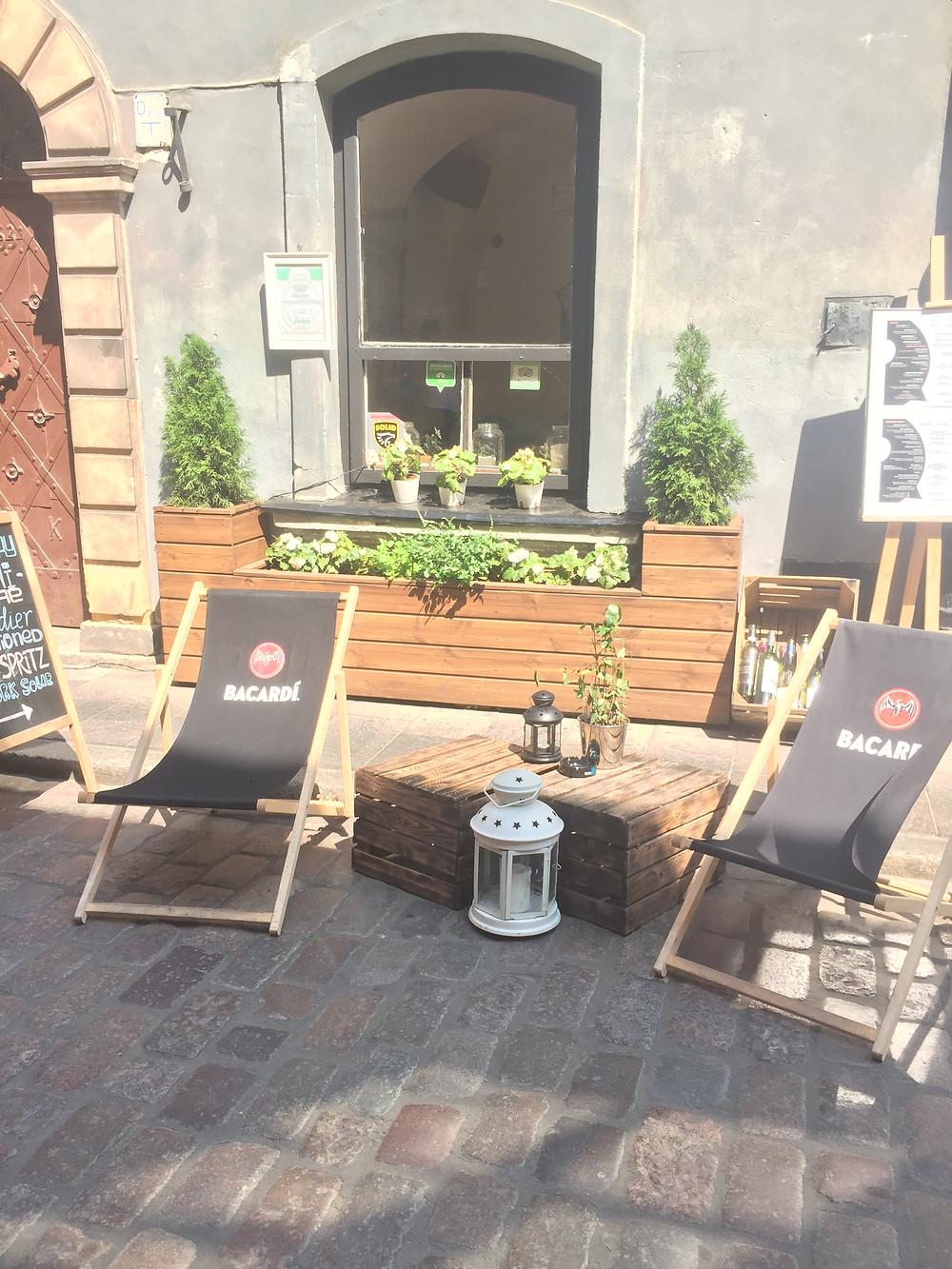 כסאות נוח בבתי קפה ופארקים