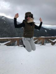 קופצת בשלג.JPG