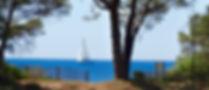 Vue sur la mer avec voilier